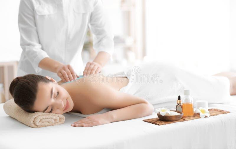 Das schöne Empfangen der jungen Frau scheuern Massage lizenzfreie stockbilder