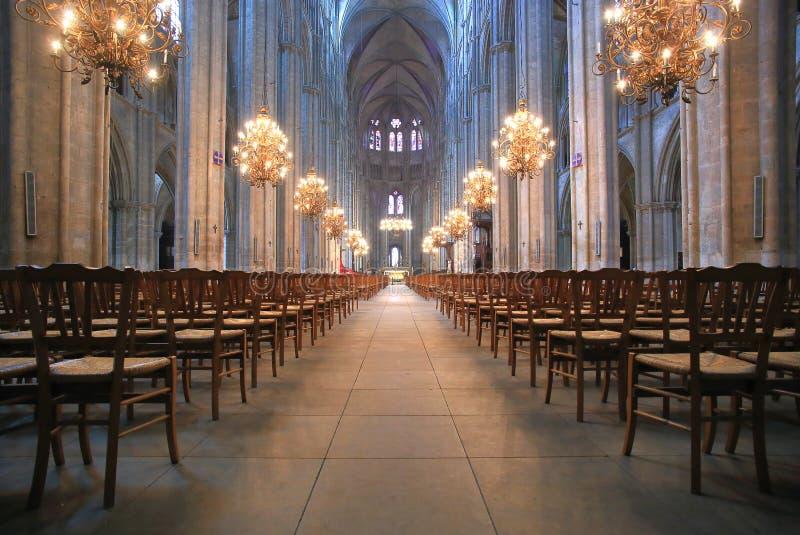 Das schöne Kirchenschiff der Kathedrale Saint-Etienne in Bourges stockbilder