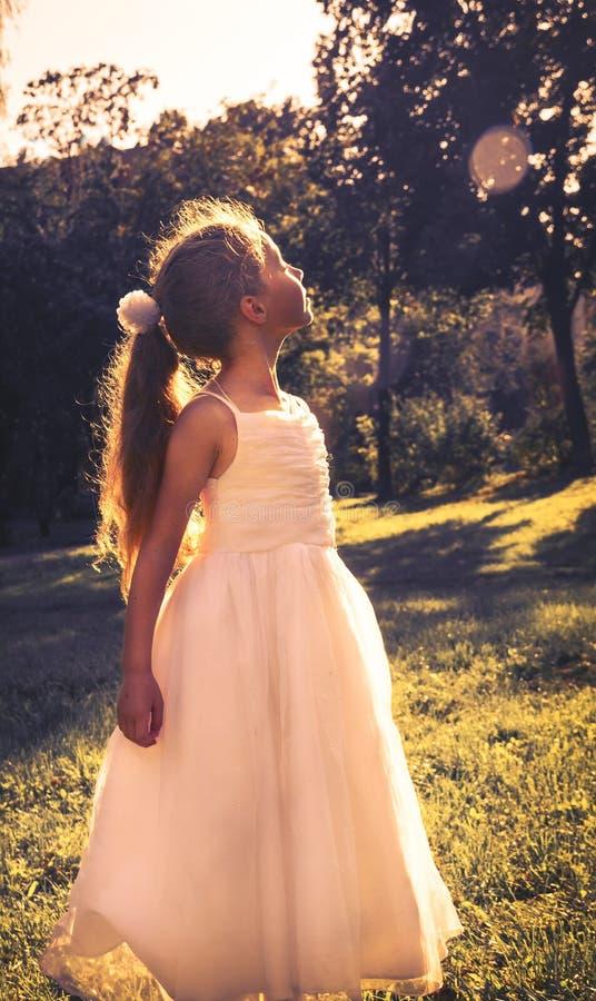 Das schöne kleine Mädchen, das feenhaftes Kostüm trägt, genießen Sommer lizenzfreie stockfotos