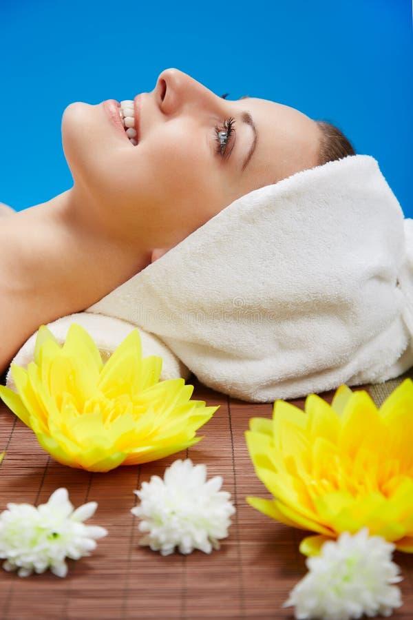 Das schöne Lügen der jungen Frau entspannte sich in einem Badekurortsalon lizenzfreies stockbild