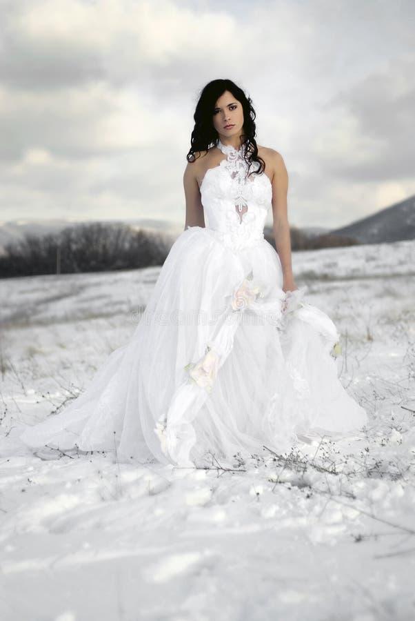 Das schöne leichte Mädchen im weißen Kleid lizenzfreies stockfoto
