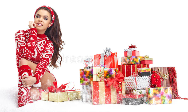 Das schöne Mädchen, das Weihnachtsmann trägt, kleidet mit Weihnachten g lizenzfreies stockbild