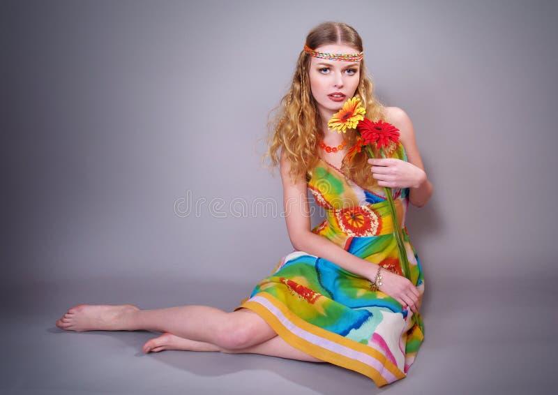 Das schöne Mädchen in einem hellen Kleid lizenzfreie stockbilder