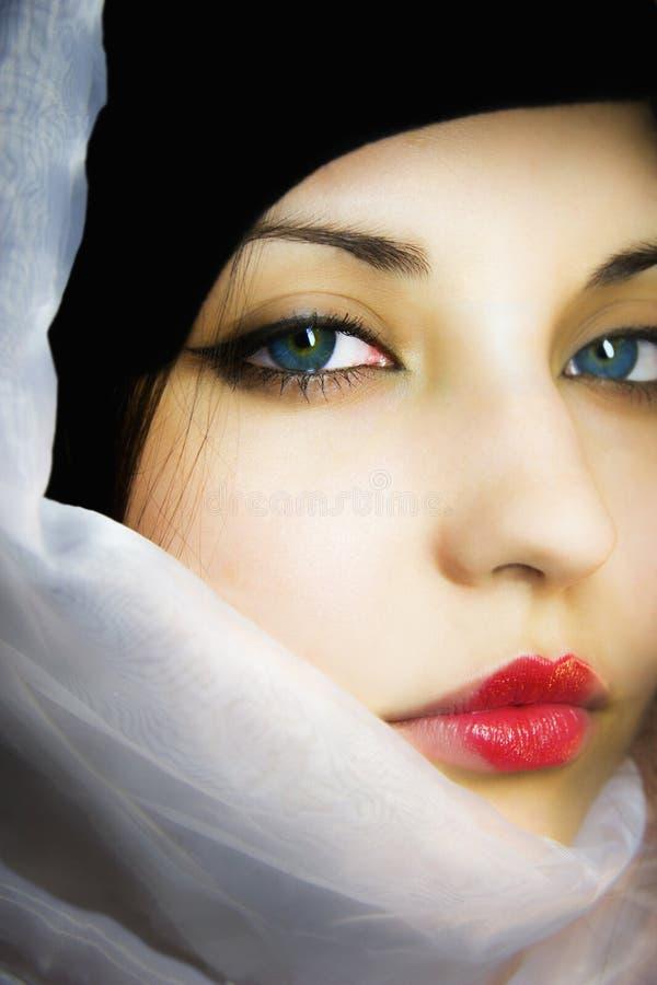 Das schöne Mädchen in einem Schal mit blauen Augen lizenzfreie stockfotos