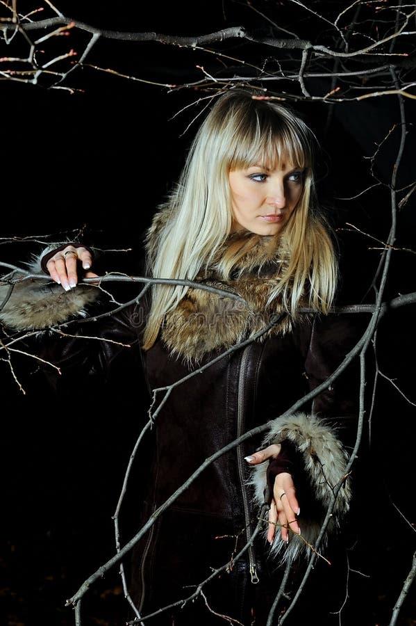 Das schöne Mädchen im dunklen Herbstholz lizenzfreie stockbilder