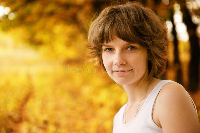 Das schöne Mädchen im Park lizenzfreie stockfotografie