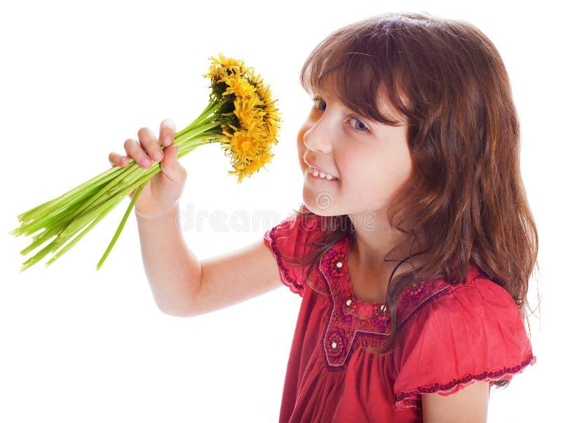 Das schöne Mädchen mit einem Blumenstrauß stockbilder