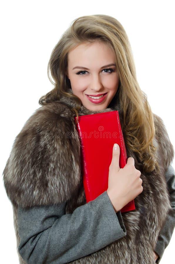 Das schöne Mädchen mit roter Handtasche lizenzfreie stockbilder