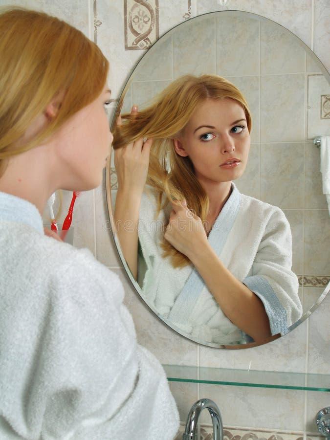 das sch ne m dchen schaut in einem spiegel in einem