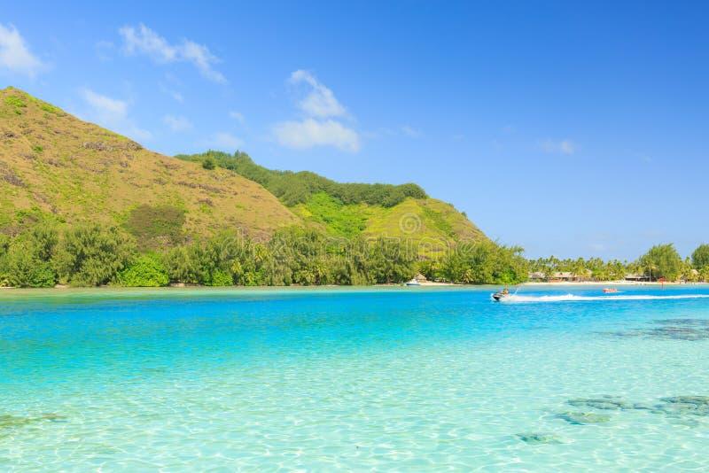 Das schöne Meer und DAS RIPPEN-Boot in Moorae-Insel bei Tahiti PAPEETE, FRANZÖSISCH-POLYNESIEN lizenzfreies stockfoto