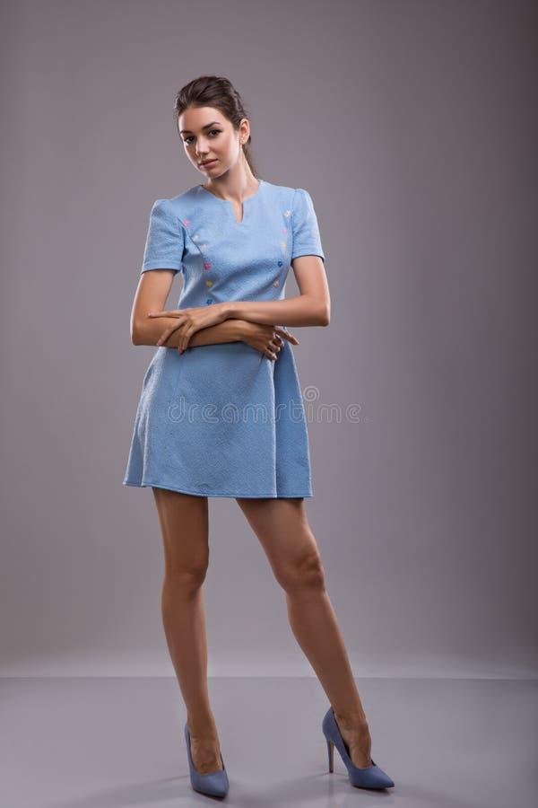 Das schöne sexy junge Geschäftsfrau Brunettehaar-Abendmake-up, das blaue Kleidergeschäftskleidung für Sitzungen trägt, geht lizenzfreie stockfotos