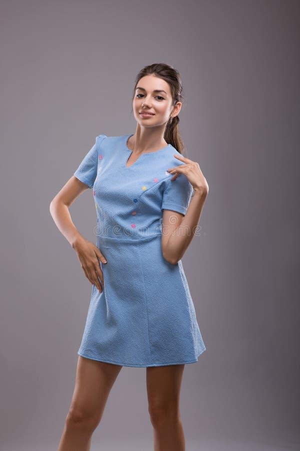 Das schöne sexy junge Geschäftsfrau Brunettehaar-Abendmake-up, das blaue Kleidergeschäftskleidung für Sitzungen trägt, geht lizenzfreie stockfotografie