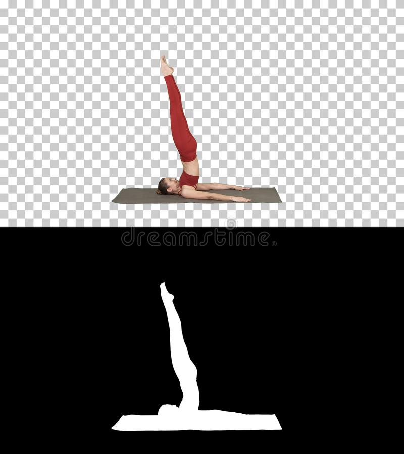 Das schöne sportliche Mädchen, das Yogaübungen für ABSstärke tut, stützte Shoulderstand-asana, Salamba Sarvangasana, Alpha lizenzfreie stockfotos