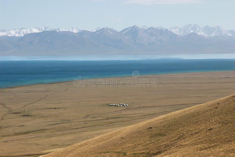 Das schöne szenische an Lied kul See, Naryn mit den Tian Shan-Bergen von Kirgisistan lizenzfreies stockbild
