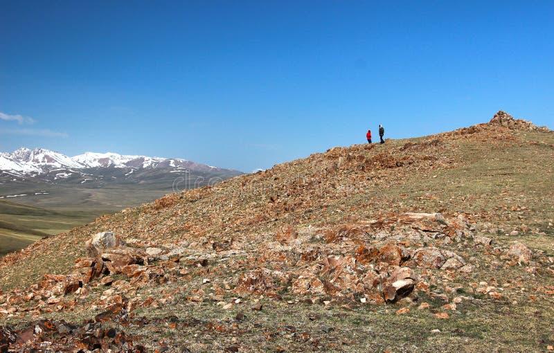 Das schöne szenische an Lied kul See, Naryn mit den Tian Shan-Bergen von Kirgisistan lizenzfreie stockfotografie