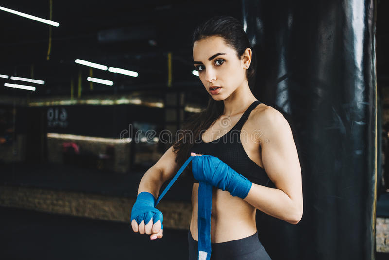 Das schöne und geeignete weibliche Kämpfererhalten bereitete sich für den Kampf oder die Ausbildung vor stockfotografie