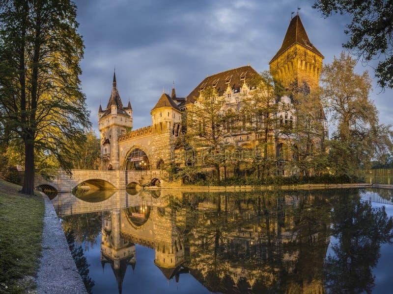 Das schöne Vajdahunyad-Schloss in Budapest Ungarn stellt Reflexion dar lizenzfreies stockfoto