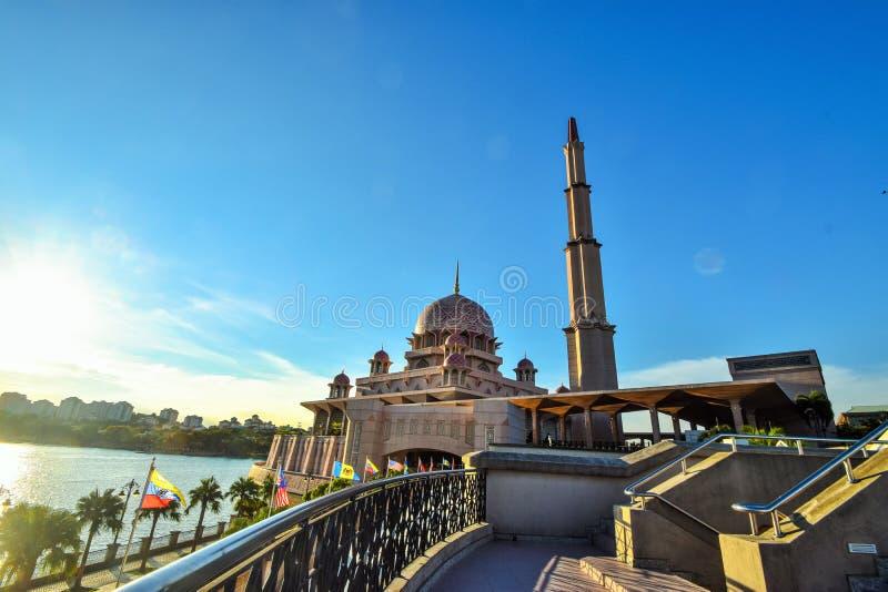 Das schöne von Putra-Moschee in Putrajaya, Malaysia Putrajaya ist das RegierungsStadtzentrum von Malaysia stockbilder