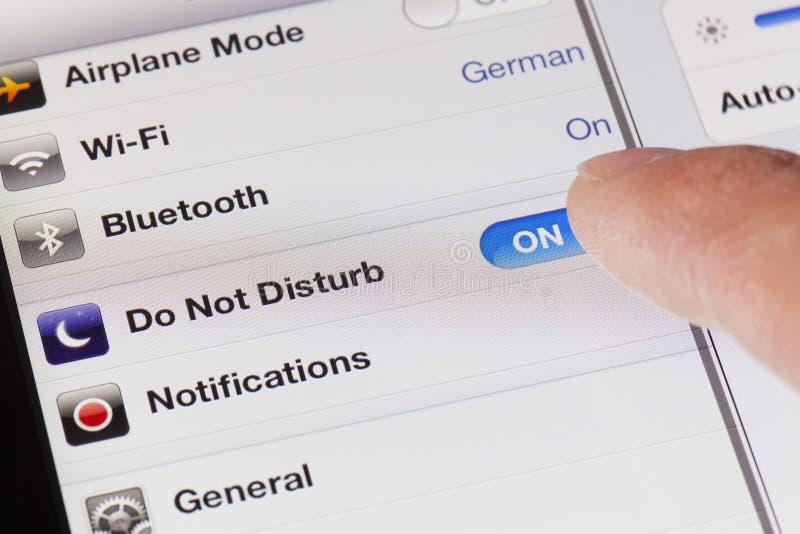 Das Schalten stören nicht Modus auf einem iPad lizenzfreies stockfoto