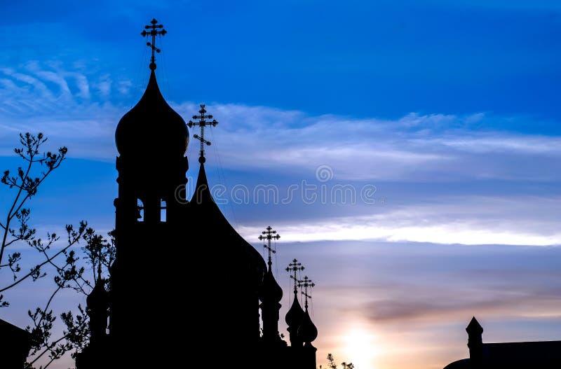 Das Schattenbild der Kirche mit Hauben am frühen Morgen lizenzfreie stockbilder