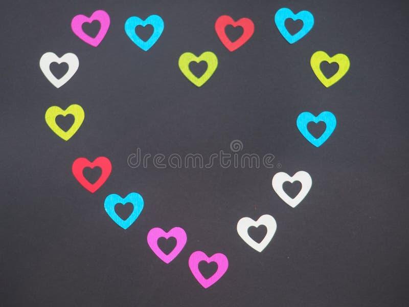 Das Schattenbild des Herzens wird mit bunten glänzenden Zahlen gezeichnet lizenzfreie stockfotografie