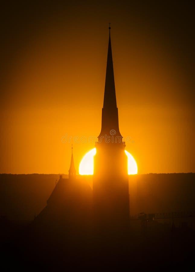 Das Schattenbild des Kreuzes und des Kirchenglocketurms im Sonnenaufgang, Pilsen, in der Tschechischen Republik stockfoto