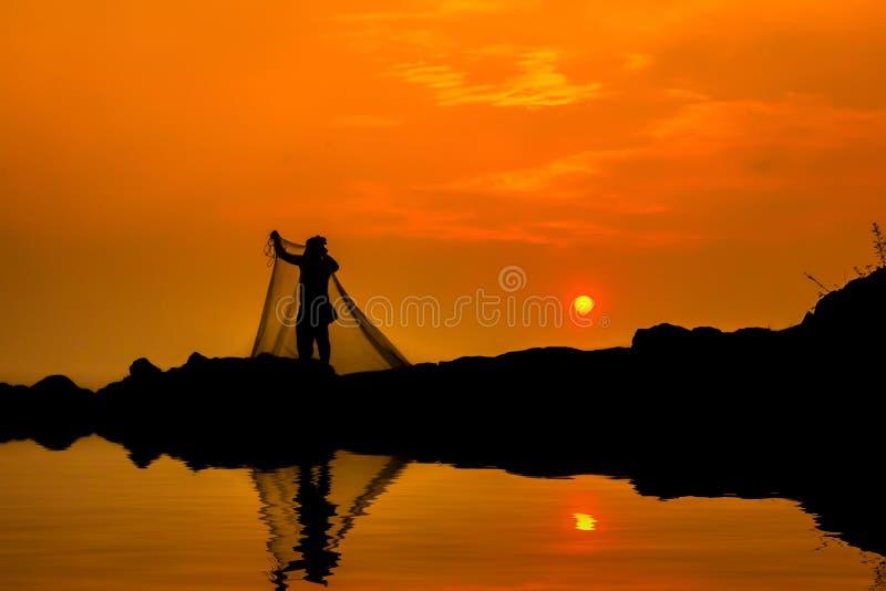 Das Schattenbild eines Fischers lizenzfreies stockfoto
