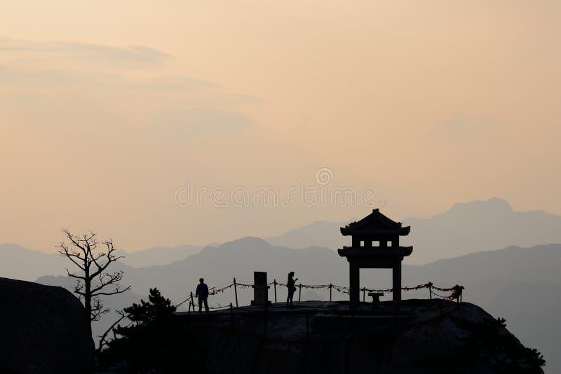 Das Schattenbild eines kleinen Pavillons auf der Spitze stockfotos