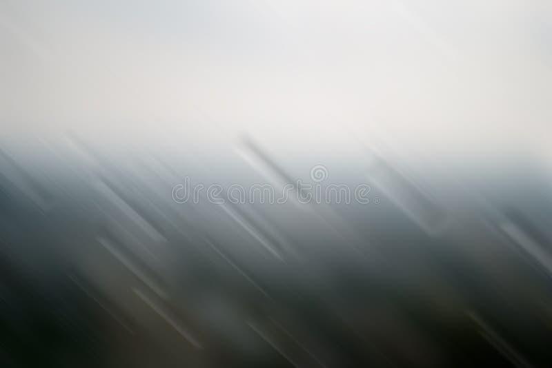 Das Schauen durch das Fenster wird mit starkem Regen, raues Wetter verwischt, stock abbildung