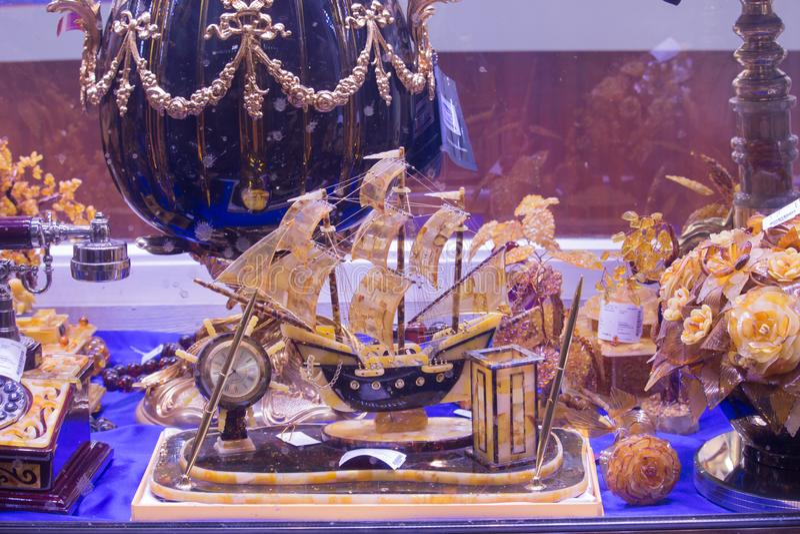 Das Schiff bernsteinfarbig, bernsteinfarbige Blumen auf Anzeige in einem Souvenirladen in St Petersburg stockbilder