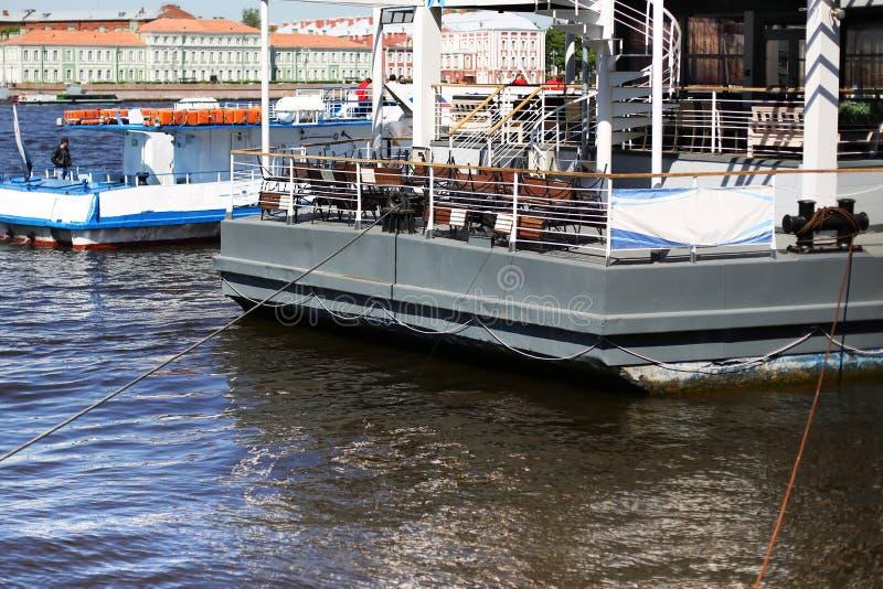 Das Schiff im Hafen wartet auf die Landung stockfotos