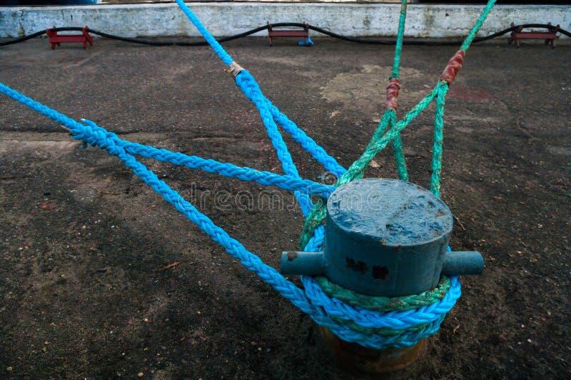 Das Schiff, Marineschlepper gebunden am Dock durch Seil, Baltiysk, Russland stockbild