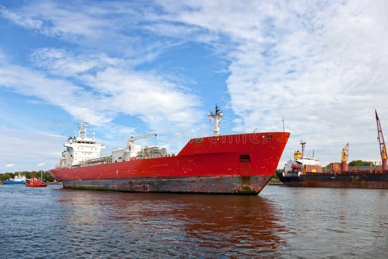 Das Schiff und der Schlepper stockbild
