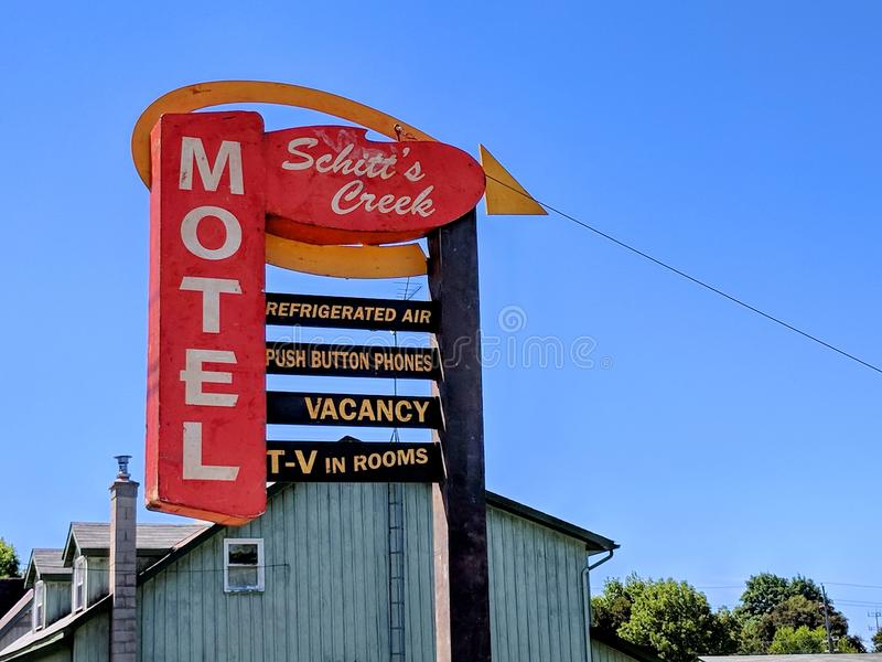 Das Schitt-` s Nebenfluss-Motelzeichen, wie in der Schitt-` s Nebenflussfernsehserie gekennzeichnet stockfoto