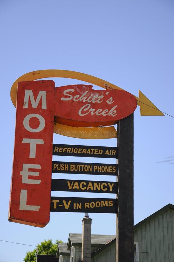 Das Schitt-` s Nebenfluss-Motelzeichen, wie in der Schitt-` s Nebenflussfernsehserie gekennzeichnet lizenzfreies stockfoto
