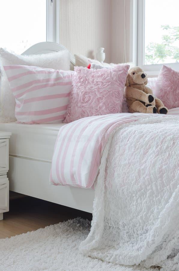 Das Schlafzimmer des Kindes mit rosa Farbart stockbild