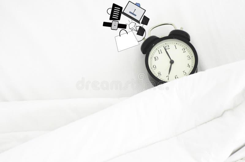 Das Schlafzimmer hat eine schwarze Uhr lizenzfreies stockfoto