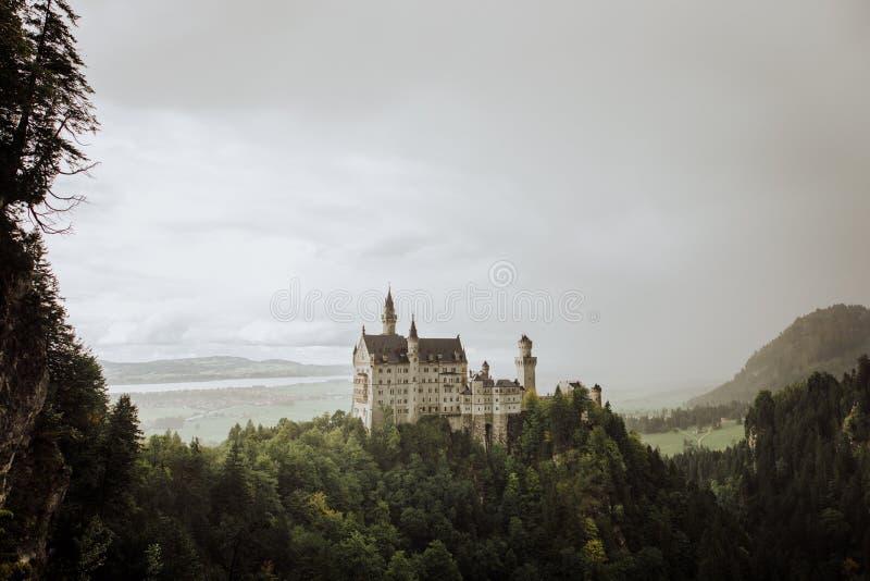 Das Schloss Schloss Neuschwanstein vom ¼ Marien Brà cke lizenzfreie stockfotografie