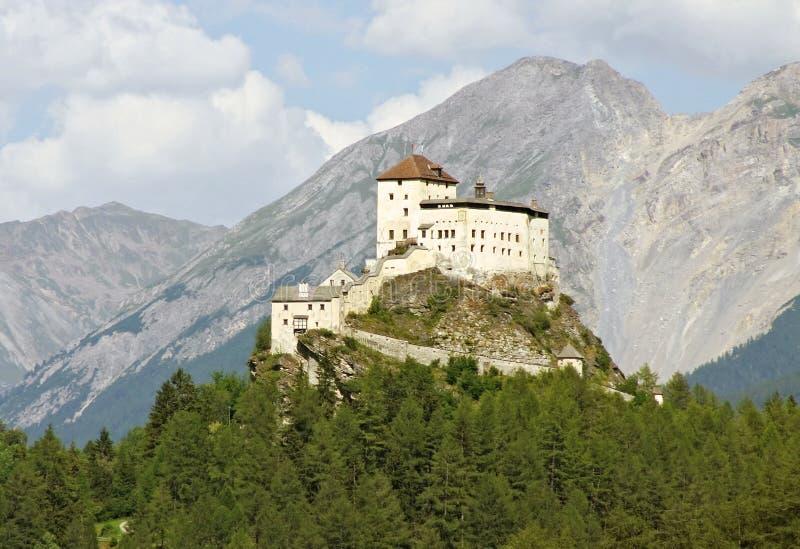 Das Schloss Tarasp in den Schweizer Alpen. lizenzfreie stockfotos