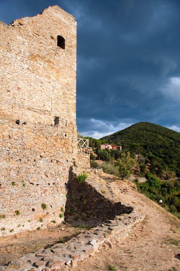 Das Schloss von Scarlino lizenzfreies stockbild