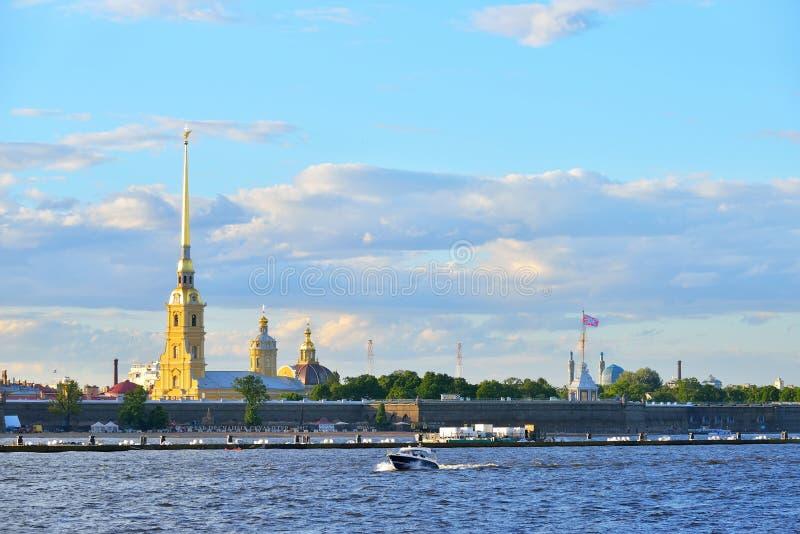 Das Schnellboot schwimmt auf den Neva-Fluss auf dem Hintergrund von stockbild