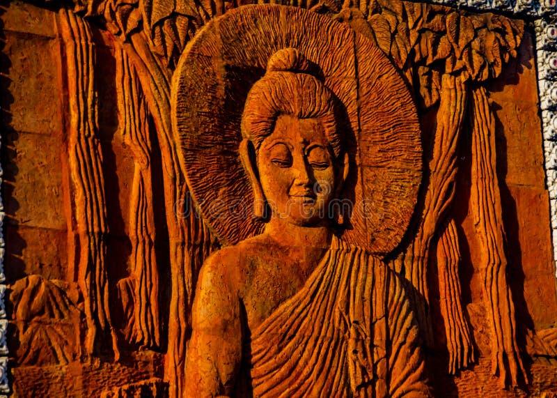 Das Schnitzen des Buddhas stockfotos