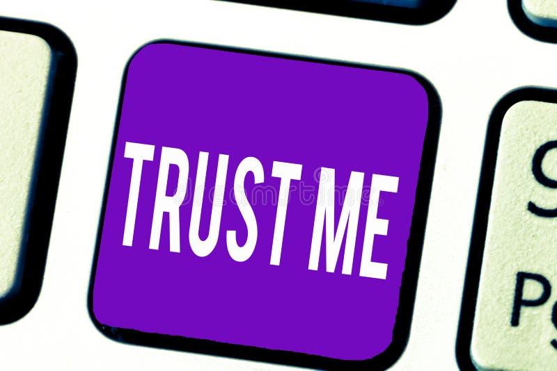 Das Schreibensanmerkungsdarstellen vertrauen mir Das Geschäftsfoto, das Believe zur Schau stellt, haben Glauben in anderer zeigen lizenzfreie abbildung