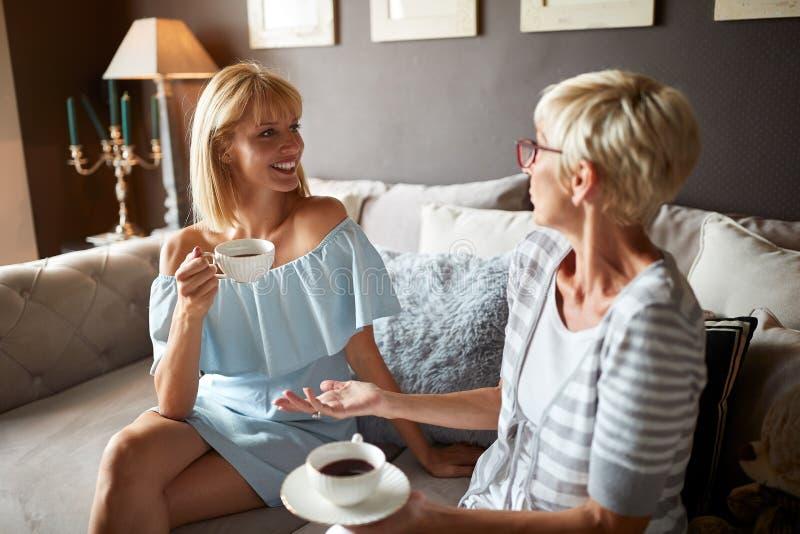 Das Schwätzchen der Frauen mit Tasse Kaffee stockfoto