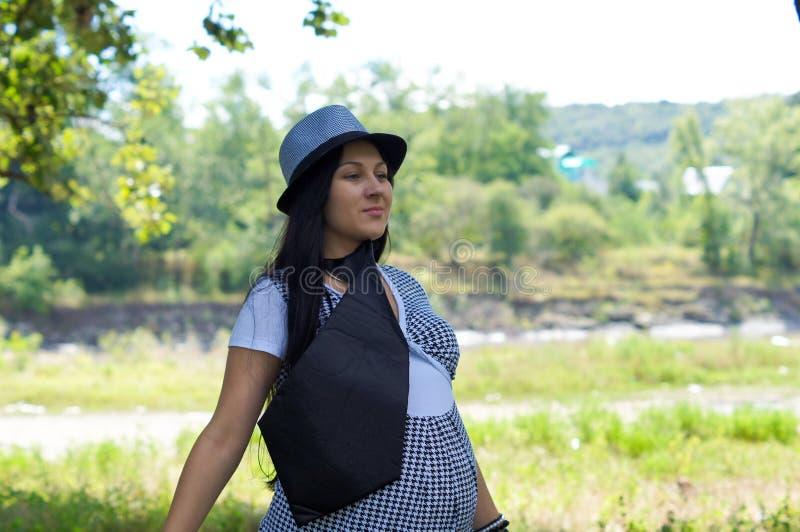 Das schwangere Mädchen auf Weg im Stadtpark lizenzfreies stockfoto