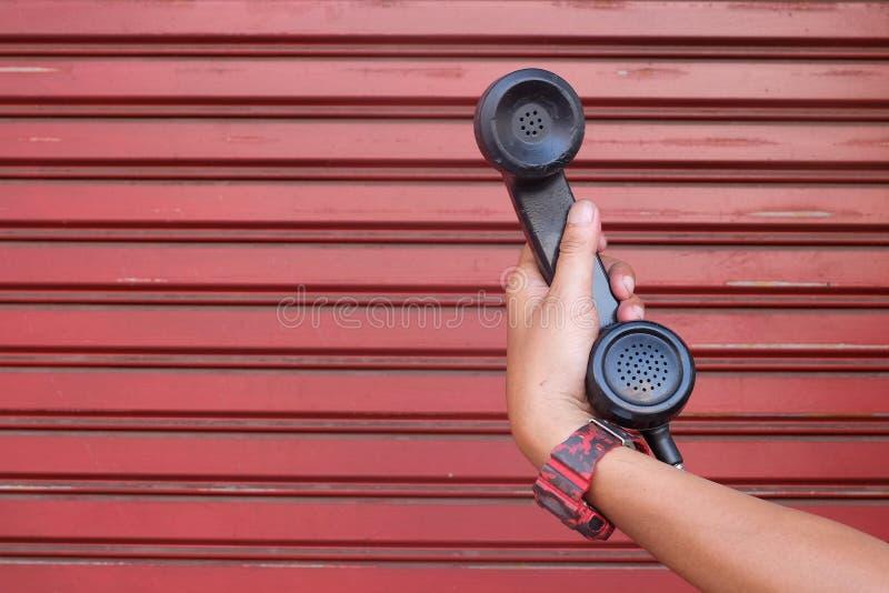 das schwarze Telefon aufheben lizenzfreie stockfotos