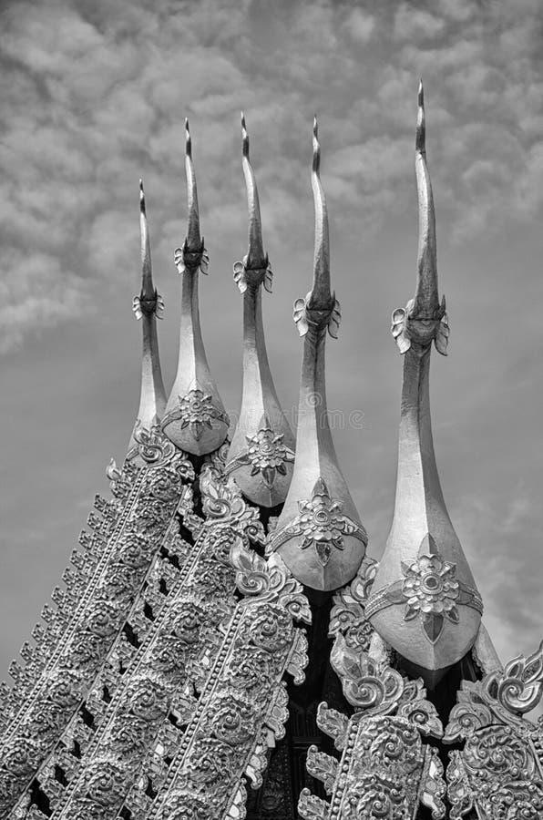 Das Schwarzweiss der thailändischen Entlastung der schönen Kunst auf dem Dach des Tempels stockbilder