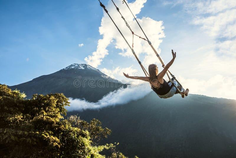 Das Schwingen am Ende der Welt in Banos De Aqua Santa, Ecuador stockbilder