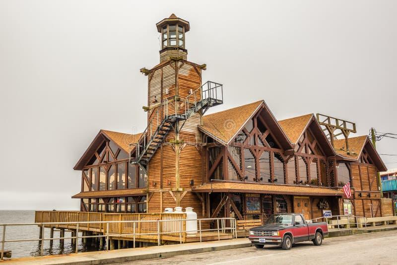 Das Seebrisen-Restaurant mit einem Leuchtturm in Cedar Key, Florida lizenzfreies stockbild