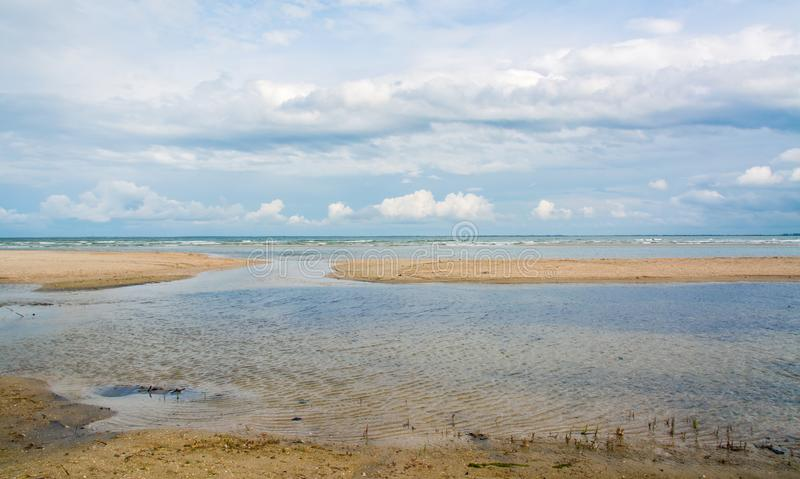Das Seeufer schwemmte das Spucken, die Wellen, die Landschaft und den blauen Himmel mit weißen Wolken an, lizenzfreie stockbilder